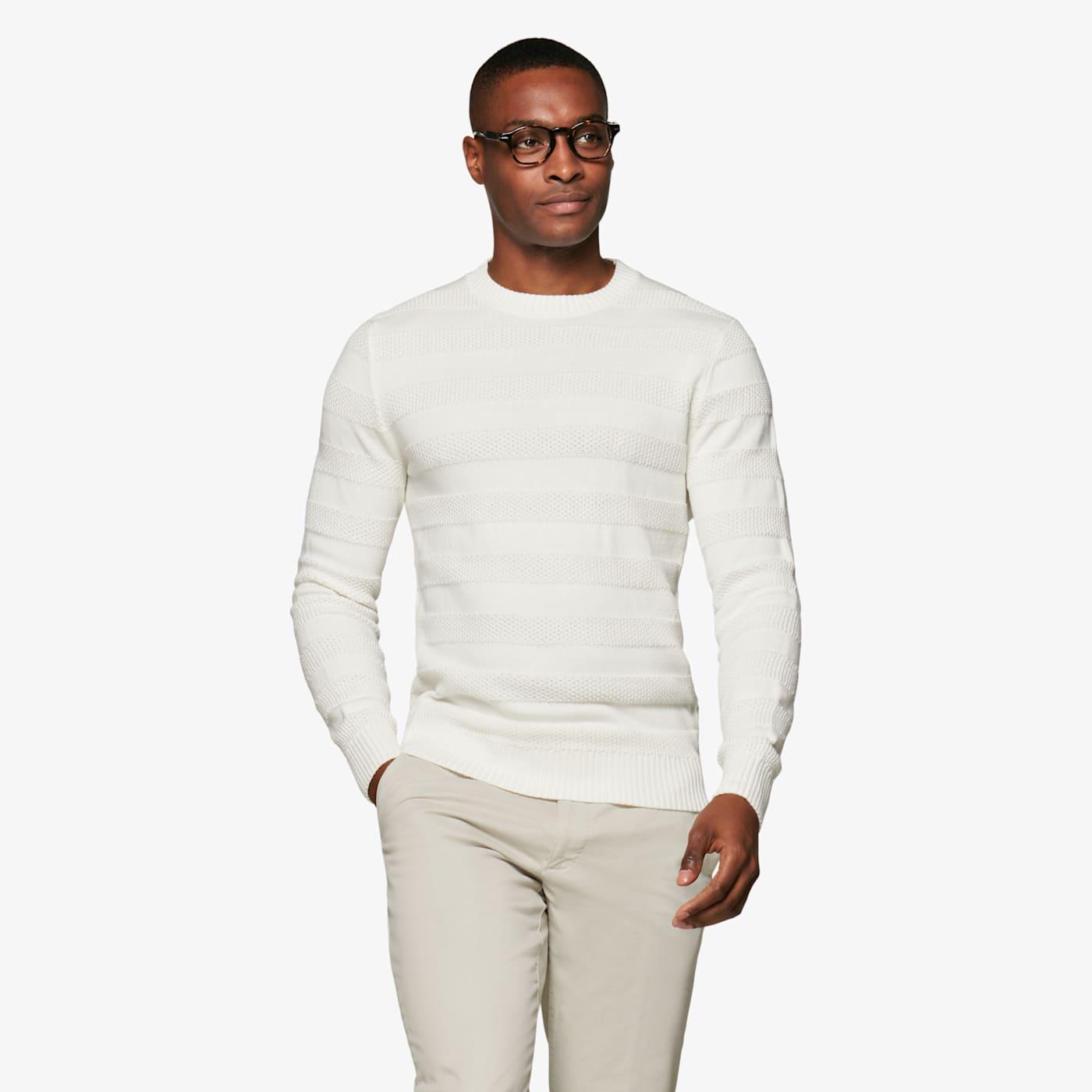 Artikel klicken und genauer betrachten! - Dieser Sweater in Off-White sorgt mit seinen kräftigen, texturierten Streifen für einen besonders edlen Style. In bequemem Slim Fit aus purer, atmungsaktiver Baumwolle gefertigt, mit geripptem Rundhals-Kragen. | im Online Shop kaufen