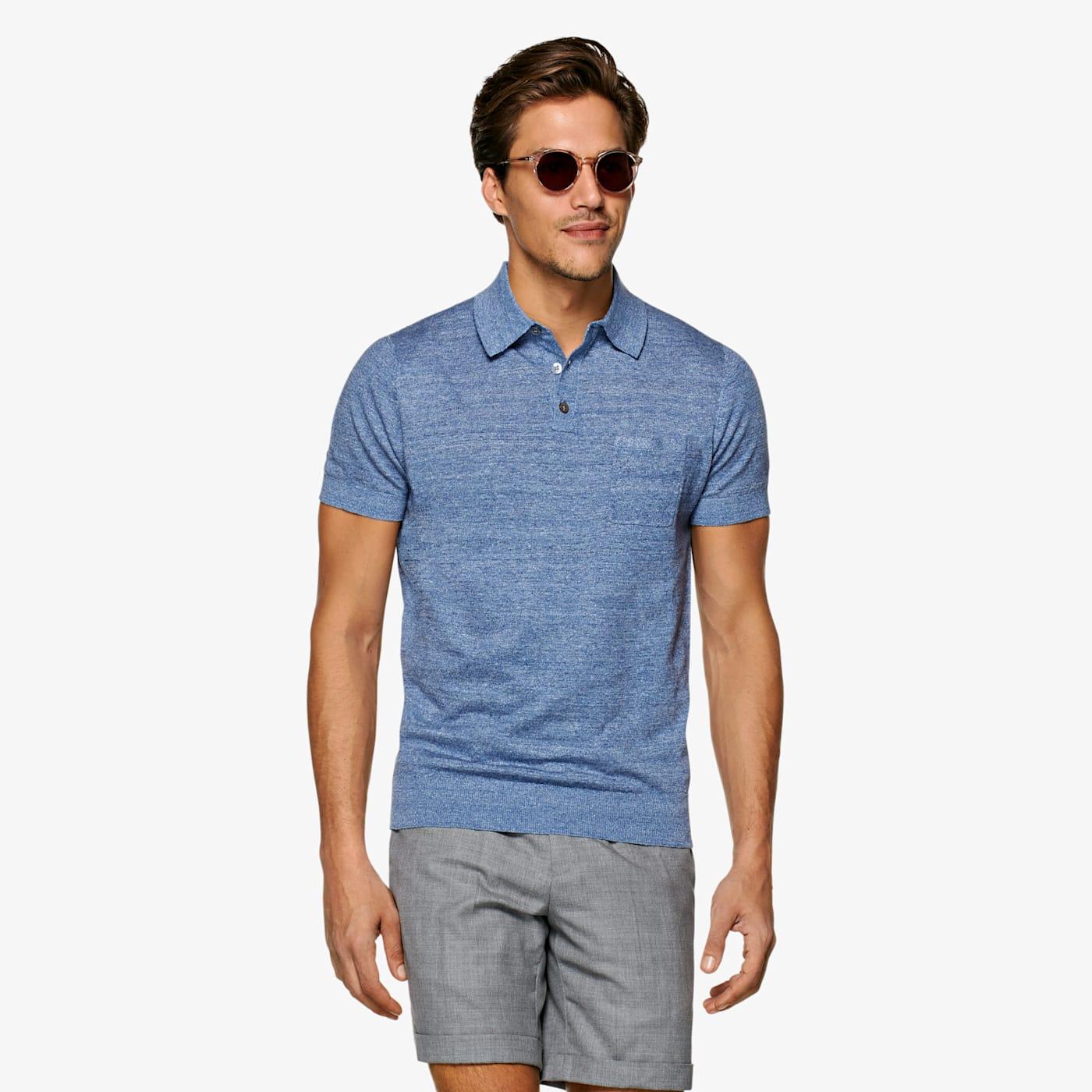 Artikel klicken und genauer betrachten! - Dieses leichte blaue Poloshirt besteht aus einer weichen, atmungsaktiven Leinen-Baumwoll-Mischung. In Slim Fit, mit feinen Ripp-Bündchen an Ärmeln und Saum, 3-Button Front und Brusttasche.   im Online Shop kaufen
