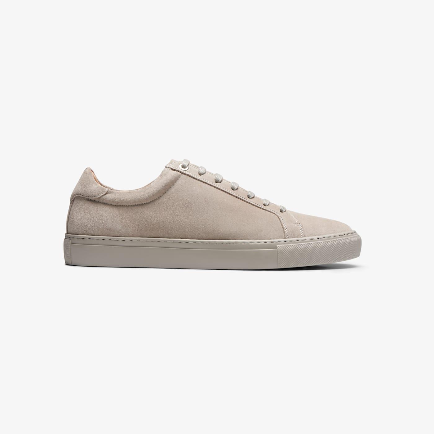 Artikel klicken und genauer betrachten! - Ein leichter Schuh für lässige Styles - dieser graue Sneaker besteht aus geschmeidigem italienischen Kalbsvelours. Mit flexibler Gummisohle im gleichen Farbton und Innensohle aus feuchtigkeitsabsorbierender Aktivkohle, die deine Füße den ganzen Tag lang frisch und trocken hält. | im Online Shop kaufen